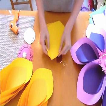 Giant paper flower tutorial. Hawaiian paper flowers for Moana inspired party. Tropical luau party d